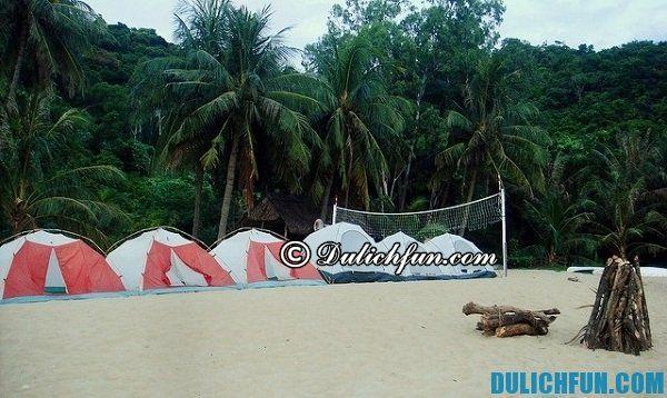 Bạn có thể thuê nhà nghỉ dạng homestay cùng sinh hoạt với cư dân trên đảo, ngoài ra nếu du lịch bụi bạn có thể chuẩn bị lều trại và cắm trại trên đảo