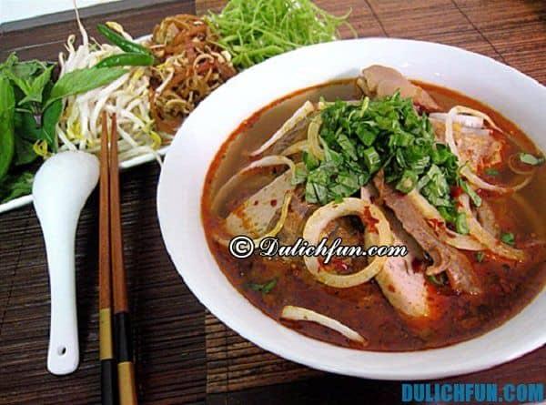 Món bún bò Huế, món ngon nổi tiếng của Huế thu hút du khách khám phá ẩm thực Huế. Món ngon truyền thống nổi tiếng ở Huế
