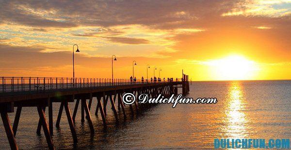 Bãi biển Glenelg ở Adelaide, địa điểm du lịch đẹp, nổi tiếng ở Adelaide. Nơi tham quan, ngắm cảnh, chụp ảnh đẹp ở trung tâm sô cô la lâu đời ở Adelaide