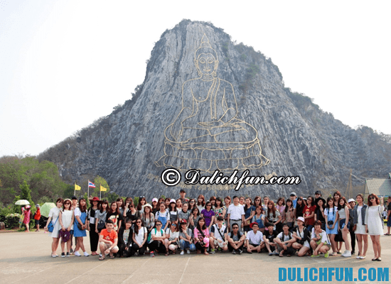 Đoàn mình chụp ảnh kỷ niệm dưới Trân Bảo Phật Sơn