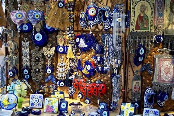 Du lịch Áo nên mua gì làm quà? sản phẩm đặc trưng ở Áo. Đồ lưu niệm, sản phẩm mang đậm chất nước Áo. Mua quà khi đi du lịch Áo.
