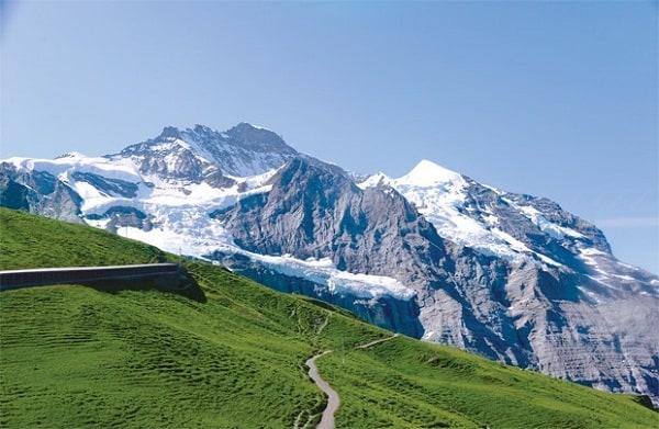 Kinh nghiệm du lịch Jungfrau, Thụy Sĩ vừa đẹp vừa chất. Hướng dẫn, cẩm nang, phượt Jungfrau đầy đủ, chi tiết, an toàn đường đi. Tàu ở Fungfrau
