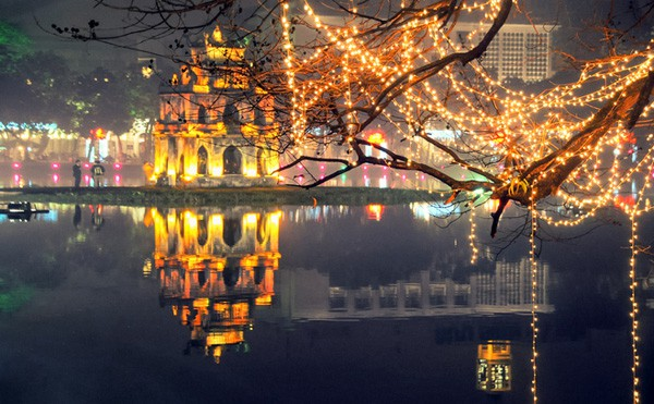 Địa điểm vui chơi buổi tối đông đúc, sôi động nhất ở Hà Nội: Du lịch buổi tối ở Hà Nội nên đi đâu đẹp, náo nhiệt, vui. Du lịch đêm ở Hà Nội. Những điểm du lịch buổi tối ở Hà Nội đẹp, nên tới.
