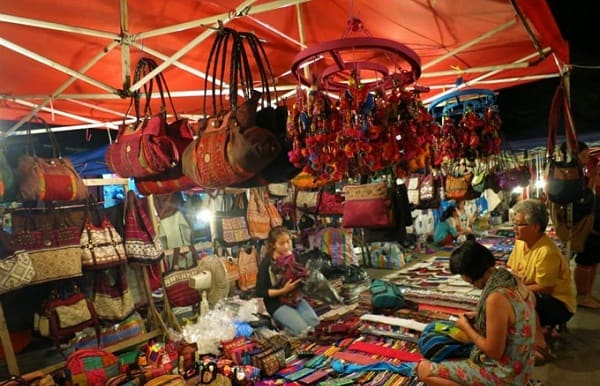 Địa điểm ăn chơi buổi tối ở Nha Trang đông vui, thú vị. Du lịch Nha Trang buổi tối nên đi đâu chơi? Điểm vui chơi về đêm ở Nha Trang.