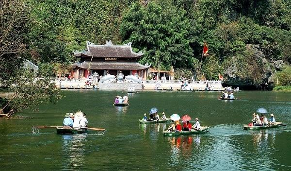 Nên đi chùa nào lễ bái đầu năm nổi tiếng linh thiêng nhất? Những ngôi đền chùa linh thiêng nhất Việt Nam đi lễ đầu năm. Đầu năm nên đi lễ những ngôi đền chùa nào linh thiêng, cổ kính nhất.