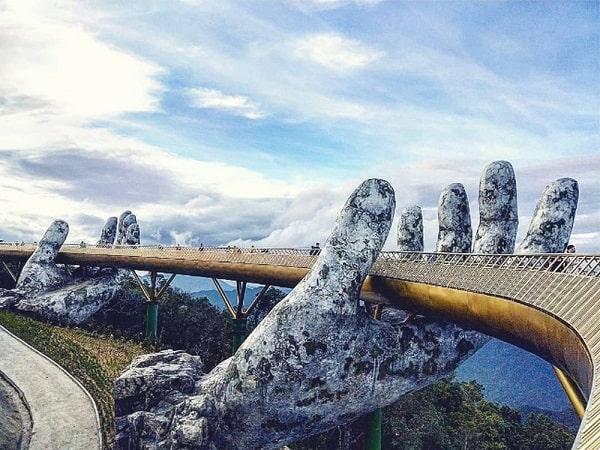 Cây cầu bàn tay khổng lồ ở Đà Nẵng điểm check in mới cực độc. Cầu bàn tay khổng lồ ở đâu Đà Nẵng? Cảnh cây cầu bàn tay Đà Nẵng.