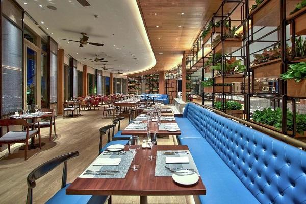 Review khách sạn Hilton Đà Nẵng: Khuôn viên nhà hàng Brasserie Nam