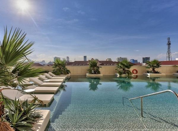 Review khách sạn Hilton Đà Nẵng: Bể bơi ngoài trời rộng rãi, sạch đẹp của khách sạn Hilton Đà Nẵng