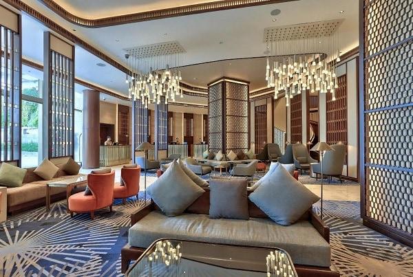 Review khách sạn Hilton Đà Nẵng: Khu vực lễ tân luôn có nhân viên trực tại quầy 24/24 giờ