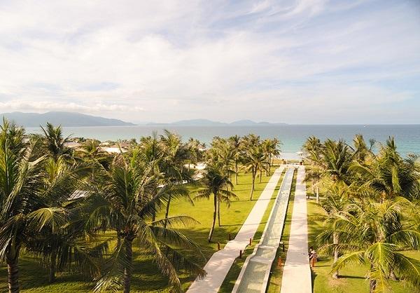 Review Fusion Resort Cam Ranh, Con đường dẫn vào quầy lễ tân