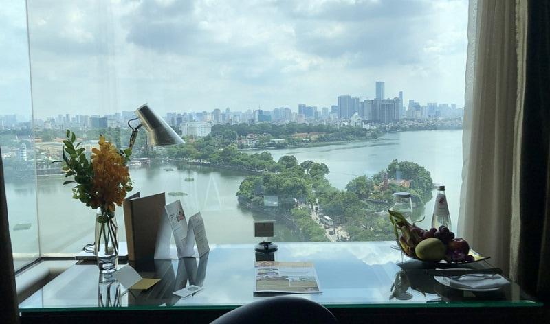 Review khách sạn Pan Pacific Hà Nội, view từ bàn làm việc